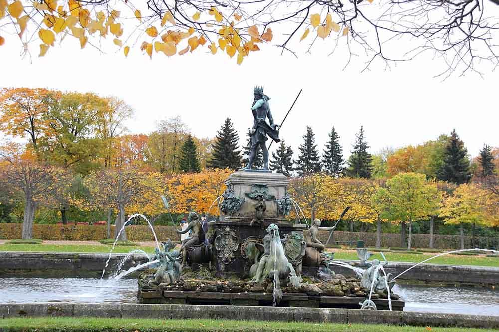 петергоф фонтан нептун осень