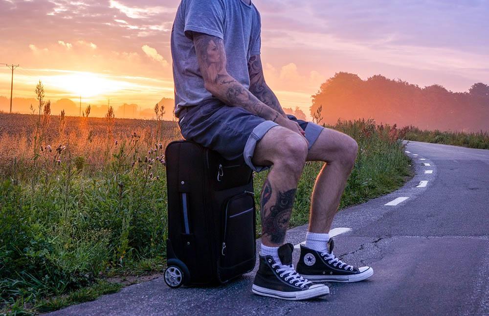 путешественник турист чемодан дорожная сумка дорога